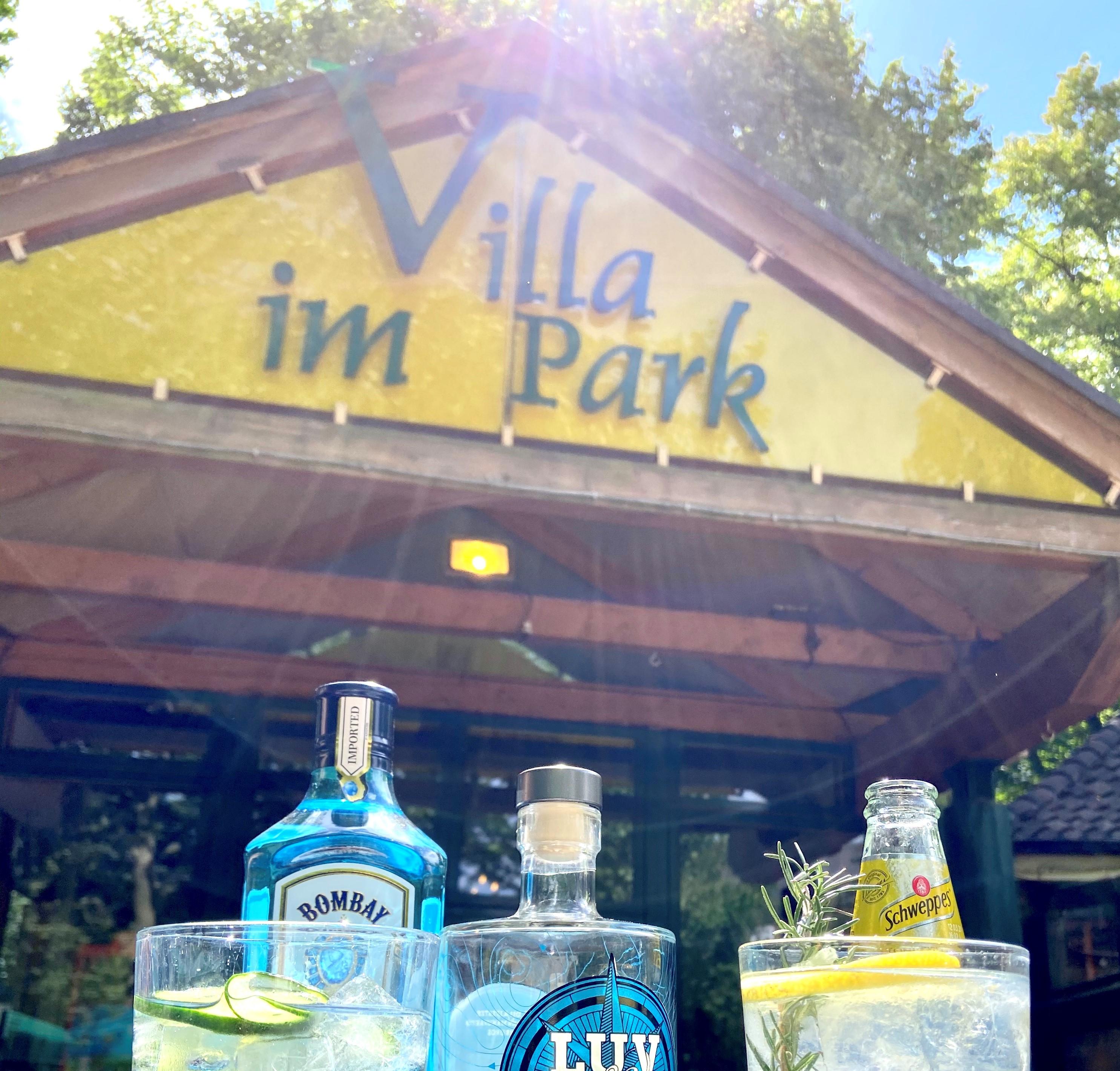 Gin vor Villa Ausschnitt